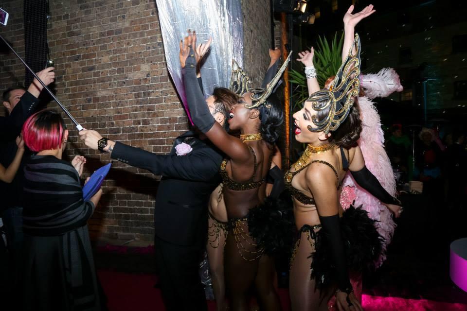 roving entertainment, entrance entertainment, entertainment that greets guests, event entertainment