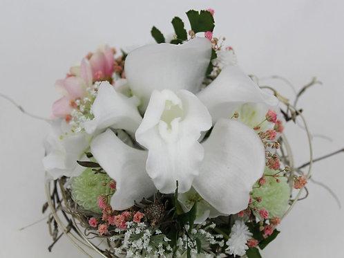 Gesteck mit Orchideenblüte.