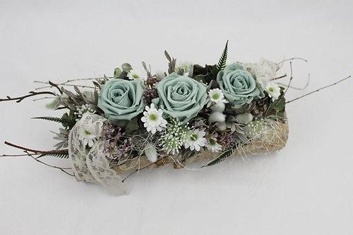 Birkenast mit stabilisierten Rosen