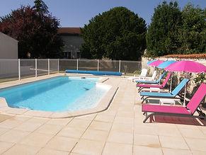 piscine et chaises longues.JPG