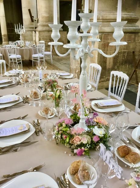 chandelier et couronne fleurie