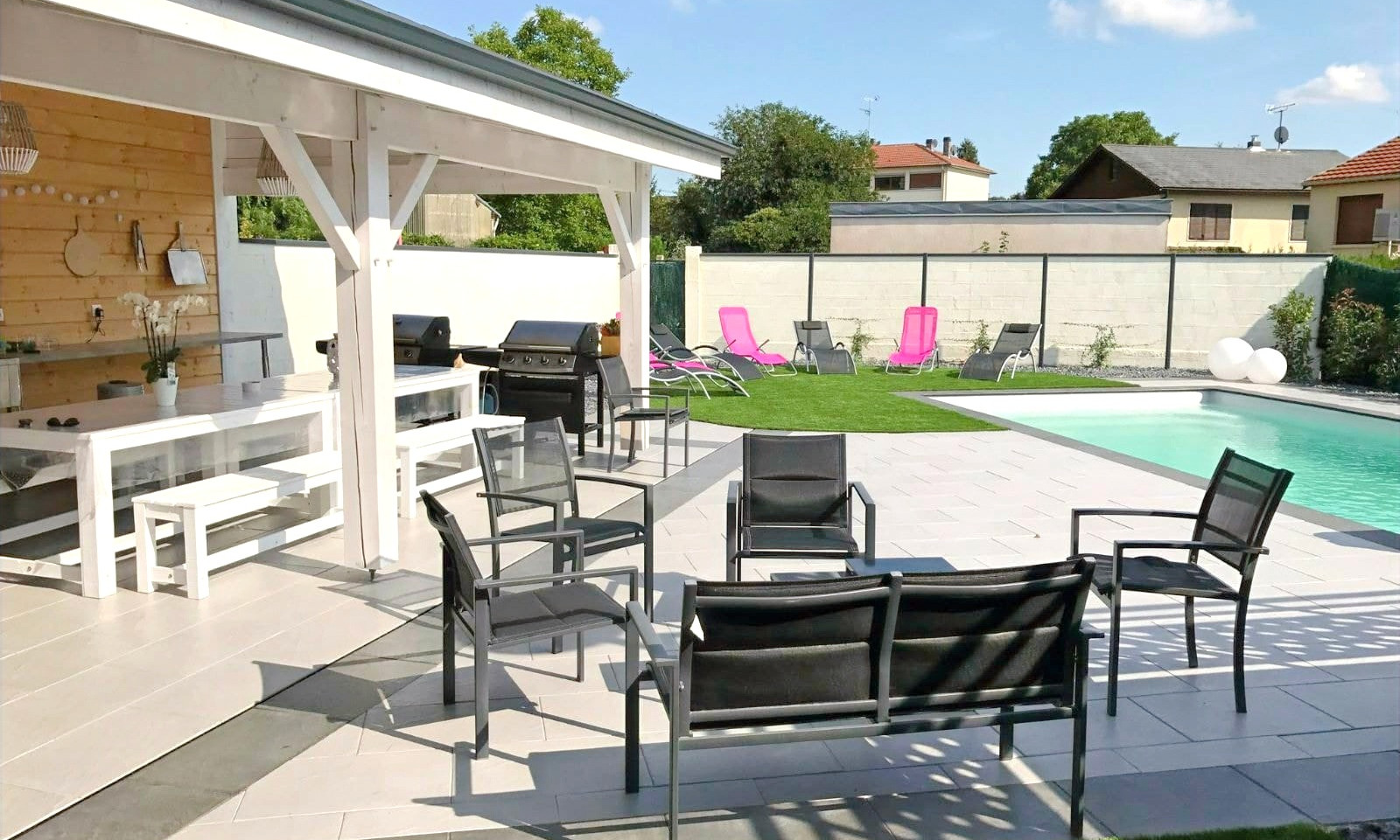 terrasse-piscine-maison-qualite-paysage_