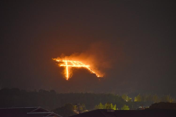 毎年8月16日は五山の送り火。当ホテル屋上から鳥居形と左大文字がはっきりと見えます。人ごみに紛れずのんびりホテルから眺めませんか?