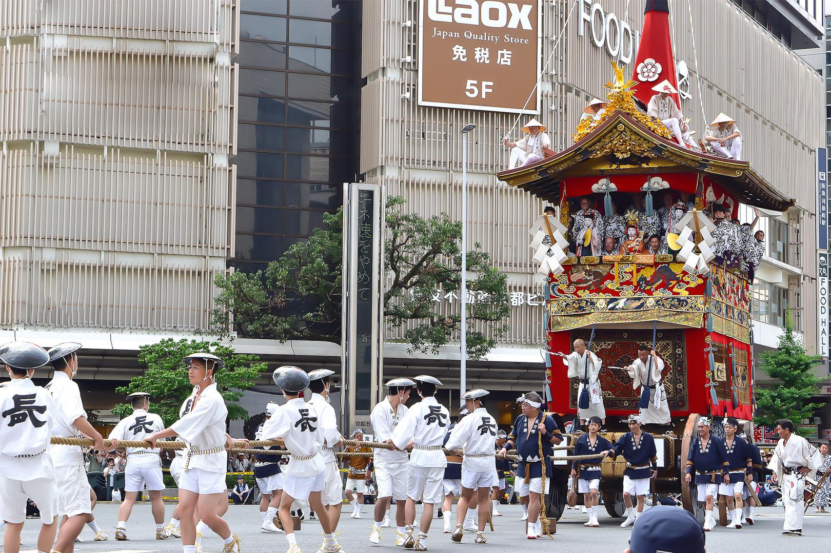 毎年7月の一か月にわたって行われる祇園祭。祇園祭で楽しんだ後は、当ホテルでゆっくりお休みください。