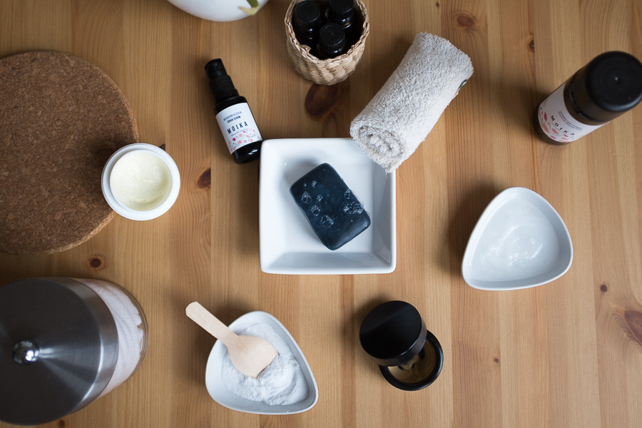 Kokosovo olje. Črno milo. Tonik. Vlažilna krema. Eterična olja. Soda bikarbona. Bela glina.