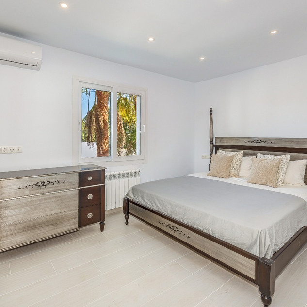 Double bed bedroom with a very stylish and modern furnishing