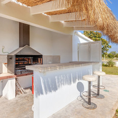 close to the swimming pool this Summer kitchen with Barbecue, can initiate fun activities, encourage relaxation and bonding moments.