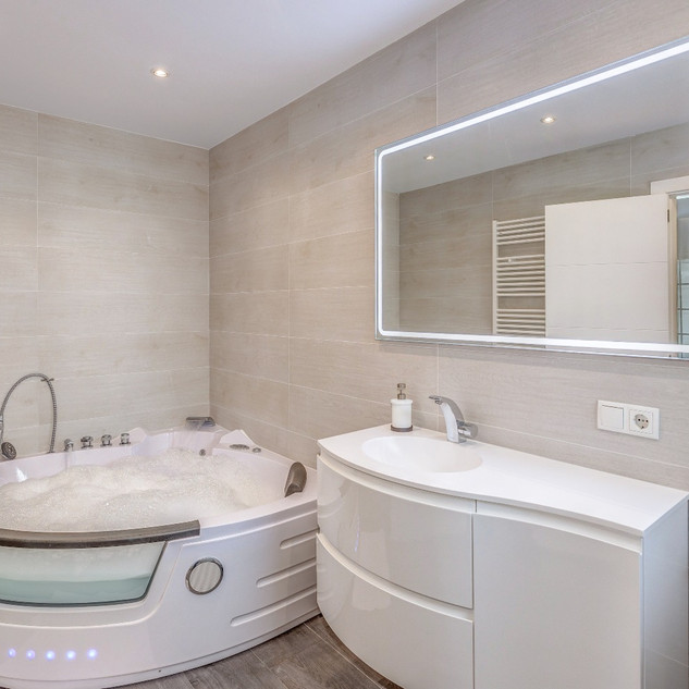 Suite private bathroom with Jacuzzi. In total there are 4 Bathrooms, all new and stylish