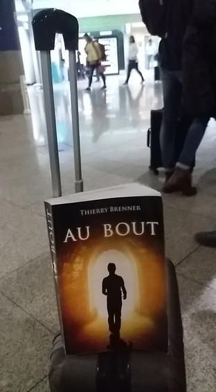 Livre sur un porte valise.jpg