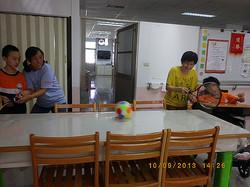 陪伴智慧班學生體育課輪椅生進行桌上網球