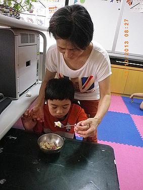 協助智慧班學生用餐拿湯匙的正確姿勢,幫助學生可以自行進食 2