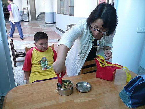 協助大智班學生用餐,教育用餐的正確動作