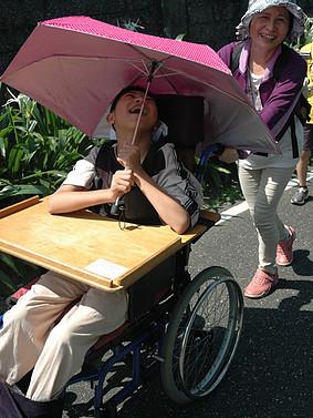 協助智慧班輪椅學生,練習七星潭校外防災演練的安全防護動線