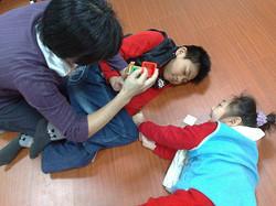 陪伴智慧班學生一起玩玩具,培養融入群體的精神