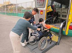 協助智慧班輪椅學生搭乘校車的移動與固定安全