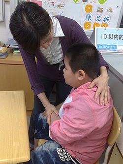 協助智慧班學生安撫情緒,期望以較穩定的情緒保障學習成果