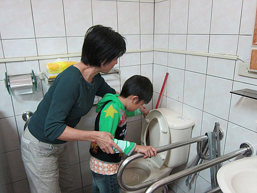 指導智慧班學生如廁完後應沖水,養成良好衛生習慣