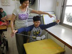 協助指導智慧班學生製作美勞作品