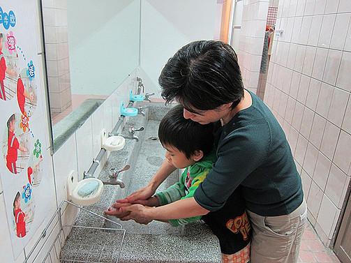 協助智慧班學生如廁完後應洗手,養成良好衛生習慣