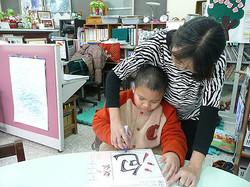 教育大智班學生學習寫字,學習注音