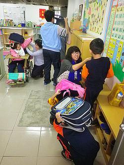 協助智慧班學生教室內防災演練,幫助學生確實做好安全防護動作