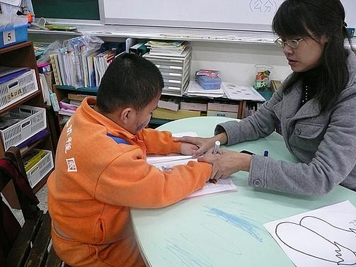 教育大智班學生圖畫顏色,訓練拿筆的正確姿勢