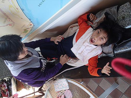 協助智慧班學生更換尿布,養成良好衛生習慣