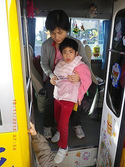 協助智慧班學生上下校車,教育交通安全的概念