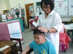 協助大智班學生洗身潔體,整理儀容