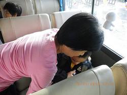 協助智慧班學生乘坐校車時繫好安全帶,教育交通安全的概念