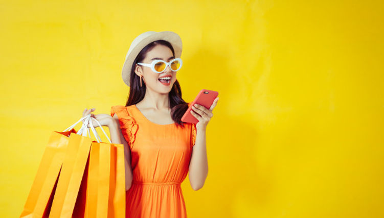 mujer-asiatica-feliz-que-usa-telefono-ce