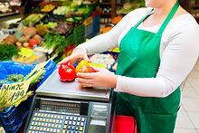vendedora-ponderacion-verduras-escala-ti