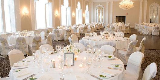 klasszikus esküvői asztal