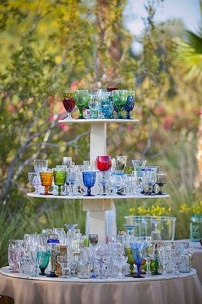 sokféle színű és stílusú pohár