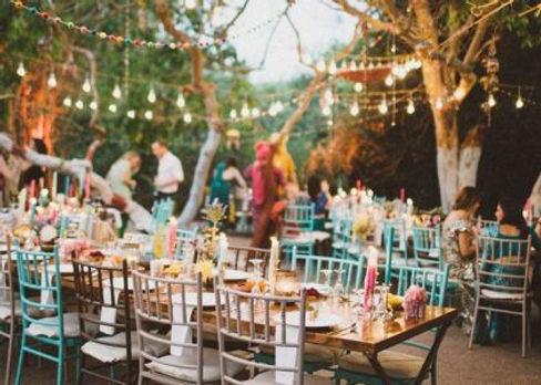 színes chiavari székek
