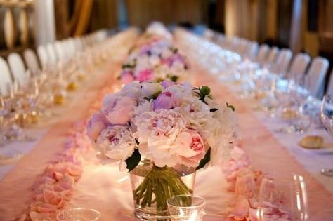 virágszirom az asztalokon