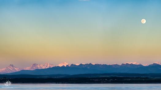 Pleine lune sur les Alpes