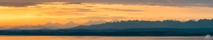 Lever de soleil sur le Lac de Neuchâtel et les Alpes Suisse