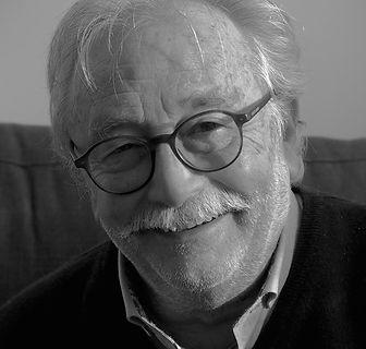 Alin Chvalier Beaumel, homme avec moustache et lunettes, fondateur de l'ecole de sophrologie du nord-est ESNE, chemise et veste, photo en noir et blanc argentique, homme souriant