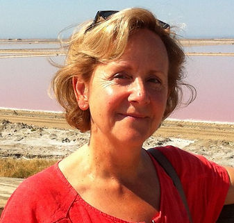 Fomatrice sophrologue à l'école de sophrologie du Nord-Est, esne à Reims, Michèle Lelièvre, belle femme peau bronzée, cheveux blond et court, à la plage, lunettes de soleil sur la tête et chemise rouge