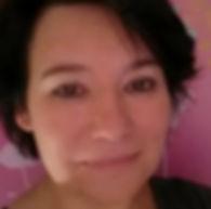 Fomatrice sophrologue à l'école de sophrologie du Nord-Est, esne à Reims, Caroline Batteux, femme souriante, brune, sur fond rose