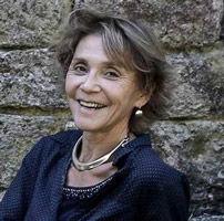 marie-claire bouthors, fondatrice de l'école de sophrologie du nord-est, esne, esne51, belle femme souriante avec des bijoux en argent et une chemise bleue