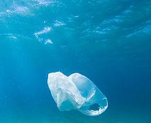 Sac en plastique dans l'océan