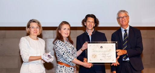 Natalia Logvinova Smalto et Jean-François Hébert remettaient le Prix de l'Art du jardin à Gustav et Marie Viennet. © Philippe Provoly