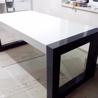 Обеденный стол из искусственного камня