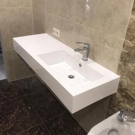 Столешница в ванную с раковиной из искусственного камня