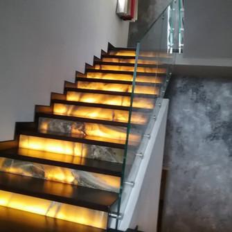 Лестница из искусственного акрилового камня оникс с подсветкой