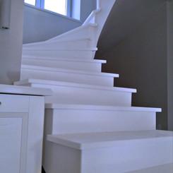 Лестница из искусственного акрилового камня