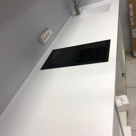 Кухонная столешница из искусственного камня с интегрованной мойкой