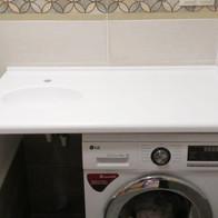 Столешница с ногой из искусственного камня в ванную комнату